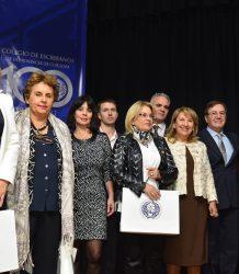 Escribanos reciben Libro del Centenario